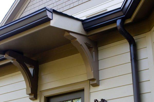 На фото — фигурные водостоки, хорошо вписавшиеся в интерьер дома.