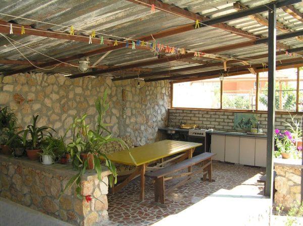 На фото - летняя кухня под навесом