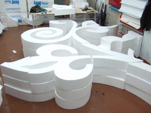 На фото — пример декоративной нарезки пенопласта.