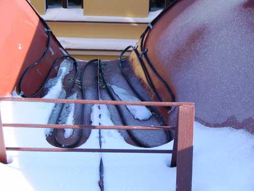 На фотографии - ендова с работающей системой обогрева.