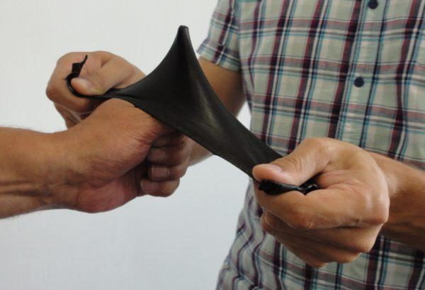 Наглядный пример того, насколько прочна и эластична жидкая резина