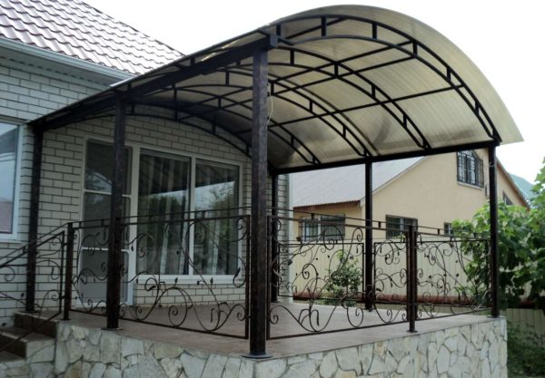 Навес из поликарбоната над верандой с классической арочной крышей.
