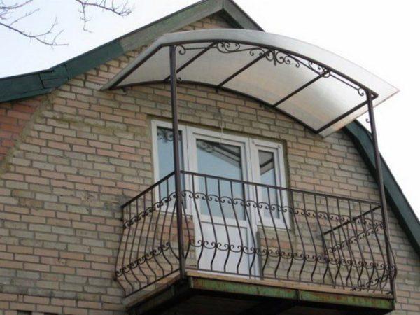 Навес над балконом защитит вас от осадков и непогоды.