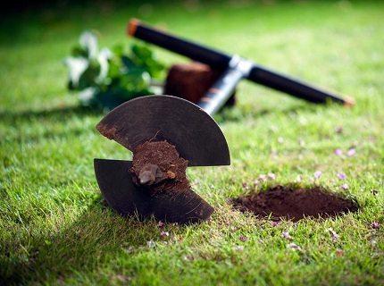 Неглубокие скважины удобно делать садовым буром.