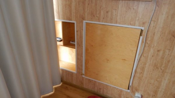 Ниша и шкафчик в боковой стене. Они используют пространство между вертикальной стеной и наклонной кровлей.