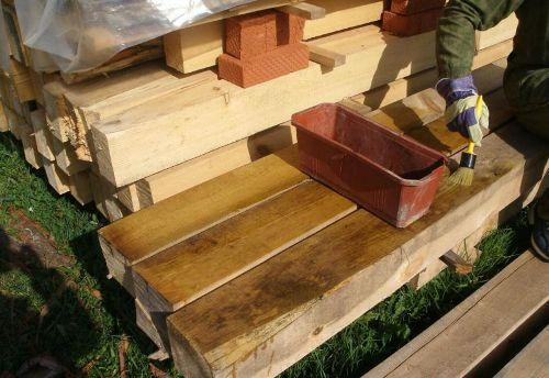 Обработка позволяет продлить жизнь древесины в разы