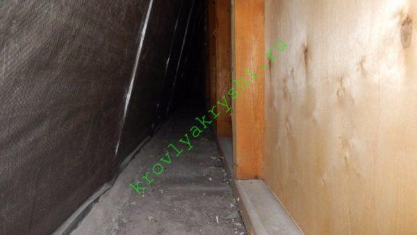 Опорный брус и стойки, ставшие каркасом стен.