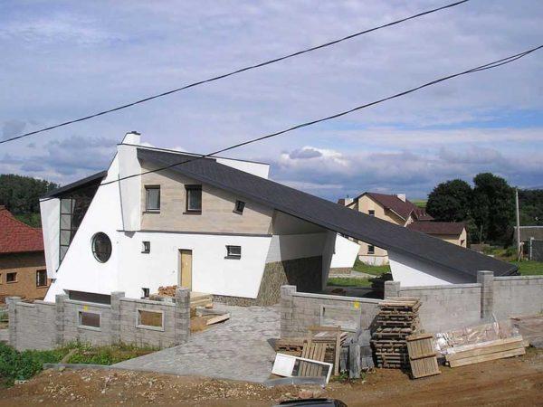 Оригинальное решение, дом и хозпостройки под единой односкатной крышей.