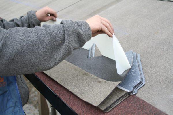 Перед укладкой снимаем защитную пленку с самоклеящегося покрытия