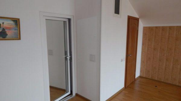 Перегородка с дверьми санузла и спальни. Световое окно обеспечивает освещение санузла при отключениях электричества.