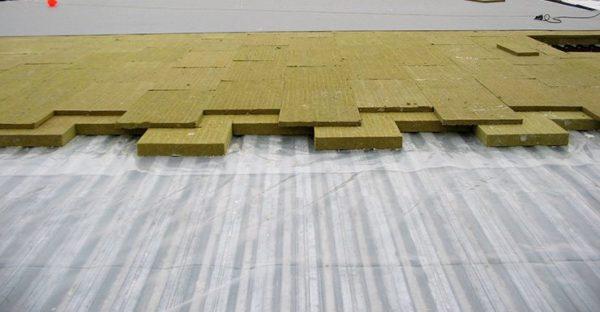 Пленка укладывается как на бетон, так и на профнастил