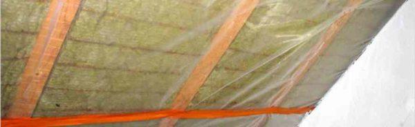 Полиэтиленовая пленка часто применяется как парогидроизоляция для утепленных крыш
