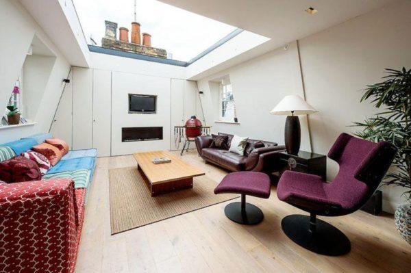Помещение, благодаря большому окну в потолке, выглядит светлее и просторнее