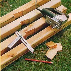 Понадобится простой набор инструментов для работы с древесиной и земляных работ.