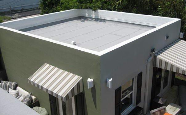 Коммерческая постройка с неэксплуатируемой плоской крышей