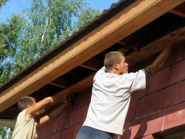 Правильно подшитый скат защитит и стены, и фундамент!