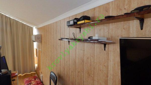 При чистовой отделке боковых стен стеновые панели из МДФ с виниловым покрытием клеились на фанерное основание точечно нанесенным силиконовым герметиком.
