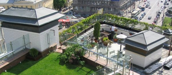 Пример того, как на обычной плоской крыше в оживленном центре города можно сделать шикарную зону отдыха