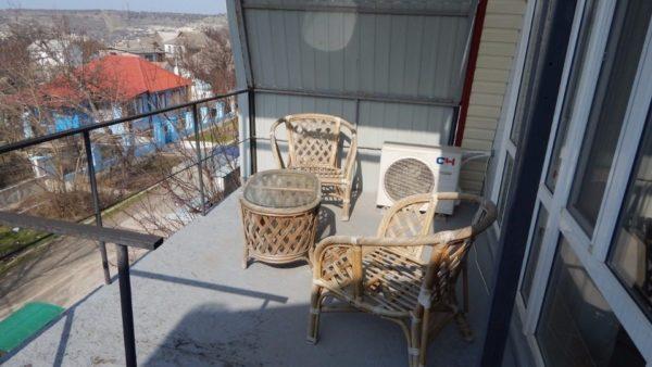 Пристроенный к дому балкон быстро превратился в зону отдыха для гостей и хозяев.
