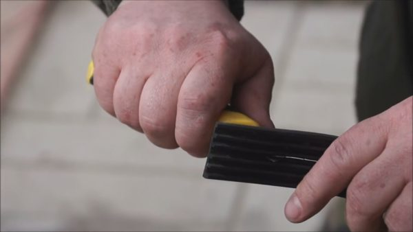Работать целыми резиновыми уплотнителями неудобно, проще их порезать вдвое, тогда они будут соответствовать толщине заглушки