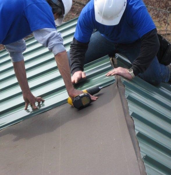 Работы нужно выполнять с двумя помощниками, так как листы тяжелые и самостоятельно поднимать их на крышу и держать при креплении невозможно