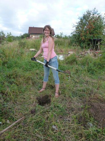 Размечаем территорию и копаем ямы.