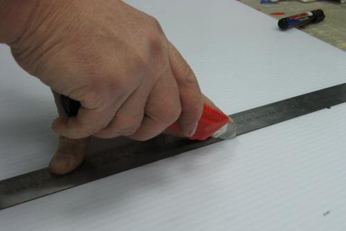 Резать материал нужно очень аккуратно