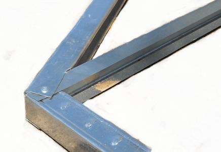 Сборка конструкции производится как можно проще, можно соединять сразу три профиля