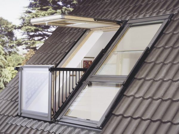 Сделать стеклянную крышу с применением мансардных окон просто, так как эти конструкции можно заказать уже готовыми и установить в толщу кровельного пирога