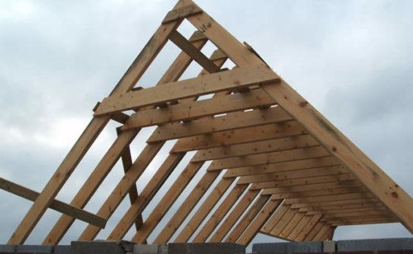 Система двускатной крыши образована треугольниками — стропильными фермами