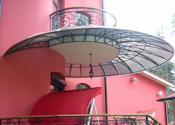 Сложная купольная конструкция навеса.
