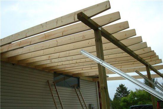 Строительство примыкающего навеса с деревянным каркасом.
