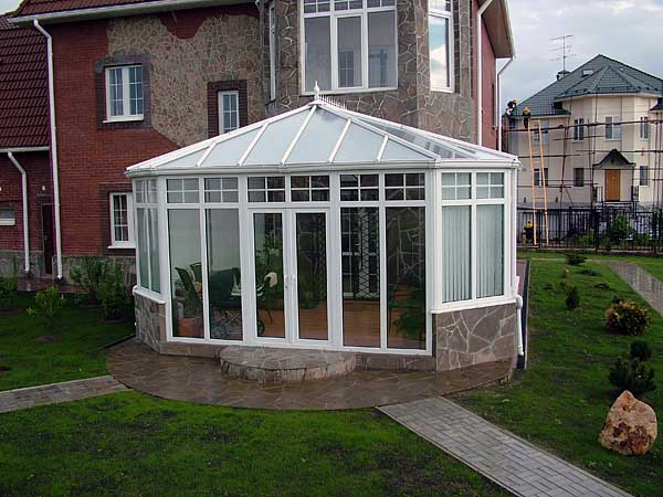 Применение трехскатной кровельной конструкции при возведении зимнего сада