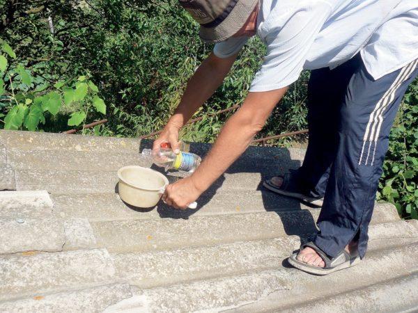 Участок нужно промыть водой. Иногда требуется использование растворителя или средства от лишайников.