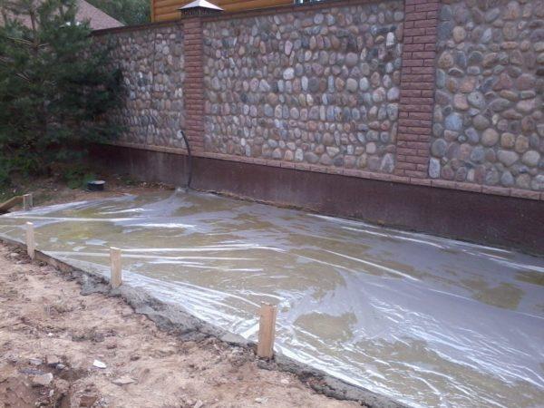В жару полиэтилен защитит бетон от быстрого испарения воды и появления трещин.