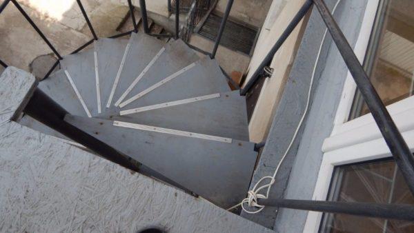 Ведущая на второй этаж винтовая лестница. Проступи изготовлены из фанеры и защищены от контакта с водой тремя слоями резиновой краски.