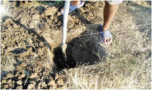 Выполняем разметку и копаем ямы.
