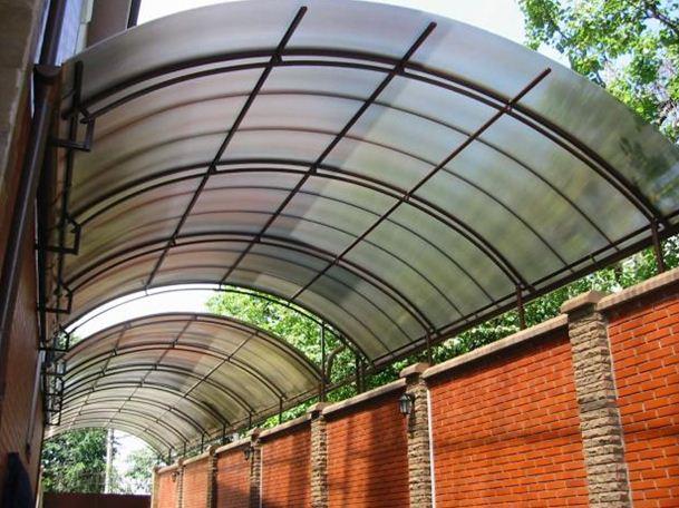 Ячеистая разновидность данного пластика чаще всего применяется для строительства навесов и крыш.