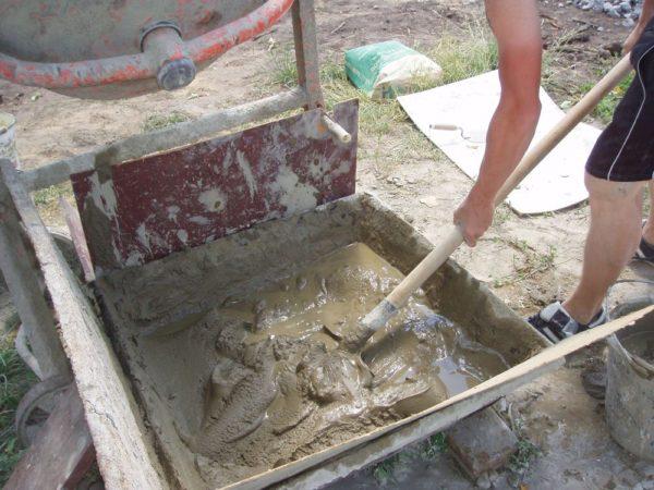 Замешивание цементного раствора в корыте позволяет приготовить сразу большой объем материала